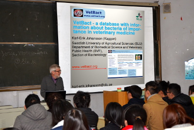 Karl-Erik Johansson is giving a lecture on VetBact for veterinary students at Qingdao Agricultural University of China.